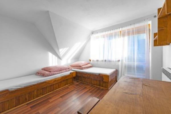 dom-pod-lasem-pokoj-1-400x267.jpg